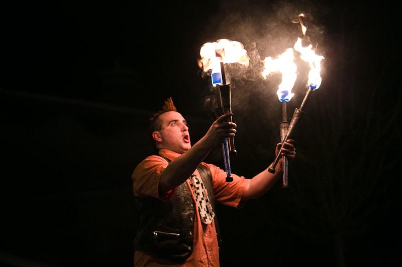 Spectacle de feu, jonglerie enflamée AZIMUTE 2003