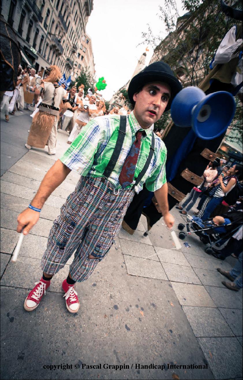 """Spectacle de rue """"Fil à mesure"""" pyramide des chaussures Lyon 2011"""