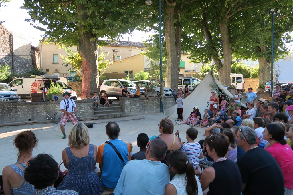 "Spectacle de rue ""Fil à mesure"" Mektoub festival 2015"