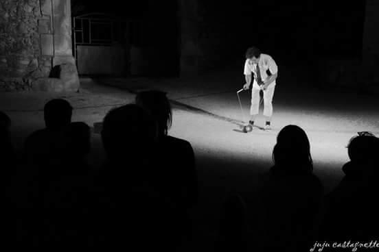 """spectacle de rue de Rhône alpes""""Fil à mesure"""" spectacle de rue comédie saltimbanque&diabolos Montclus (34) 2016"""