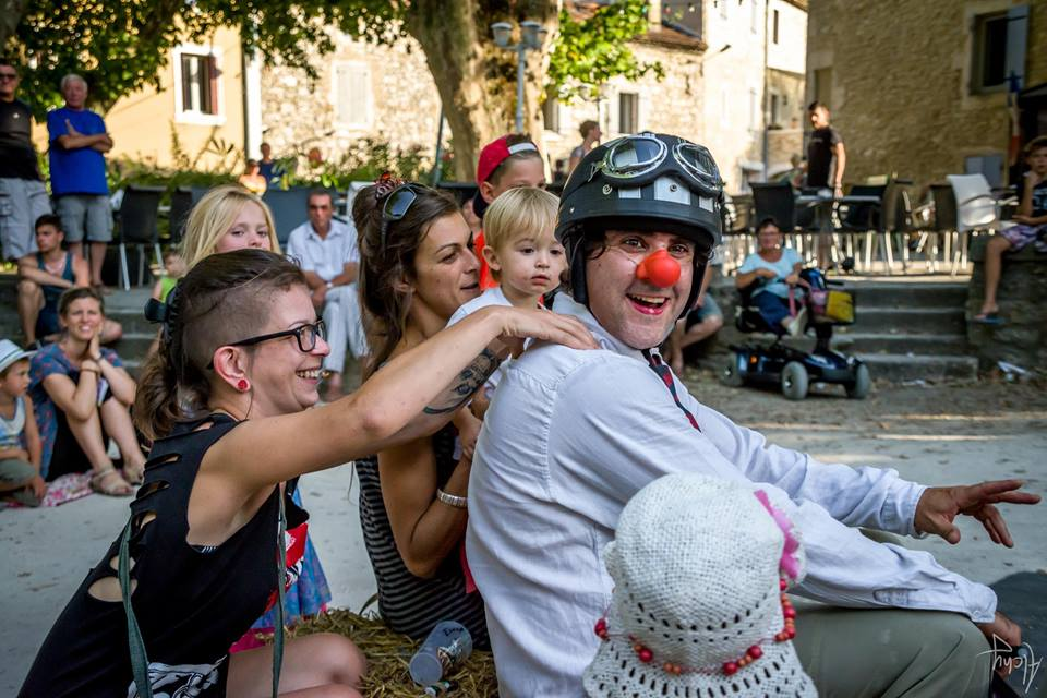 jonglerie, spectacle famillial, spectacle jeune publique, spectacle enfant, clown auguste, cie rhone alpes, jonglage