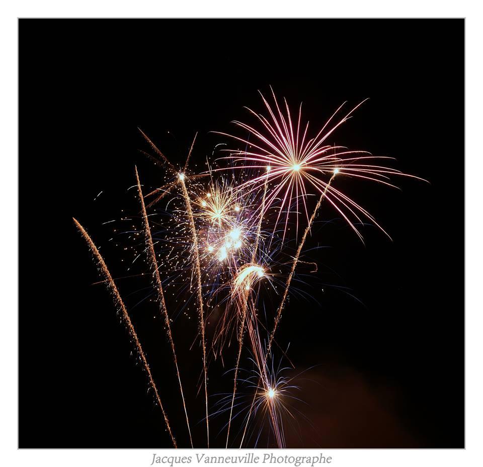 spectacle de rue. Dernière création pyrotechnique de la Cie Bastien Minederien. Un spectacle de feu burlesque et déjantée pour des grands évènements.