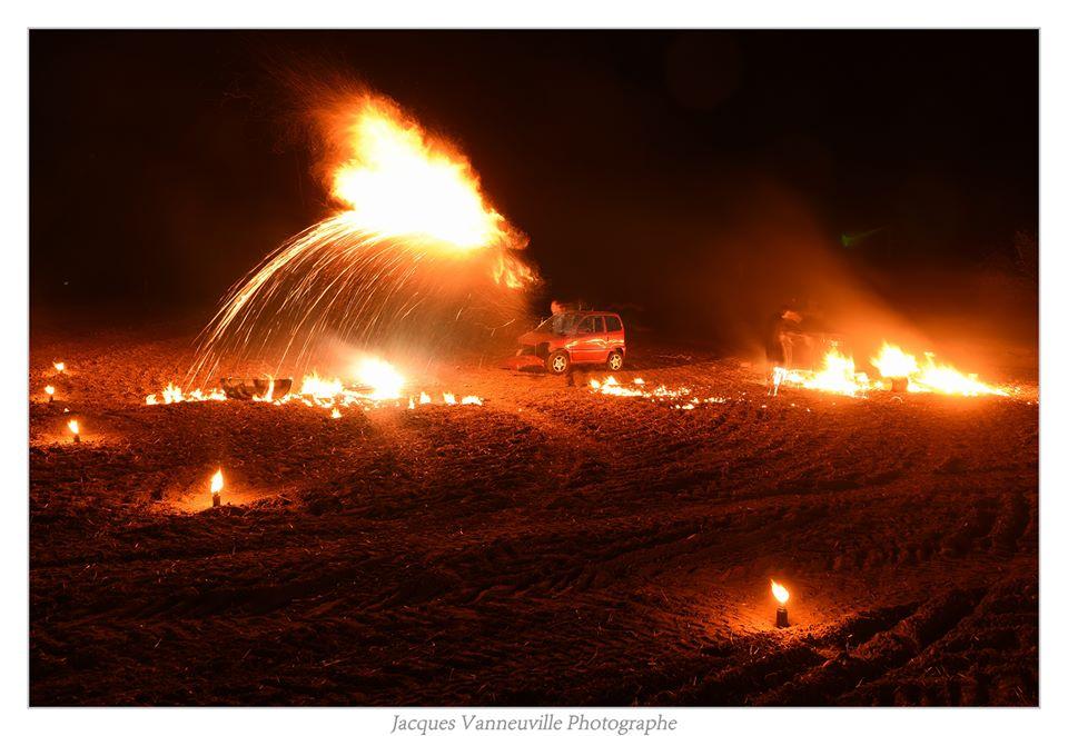 fire show incroyable , mêlant artifice et théâtre de rue burlesque déjanté. Un spectacle de rue enflammé et explosif.