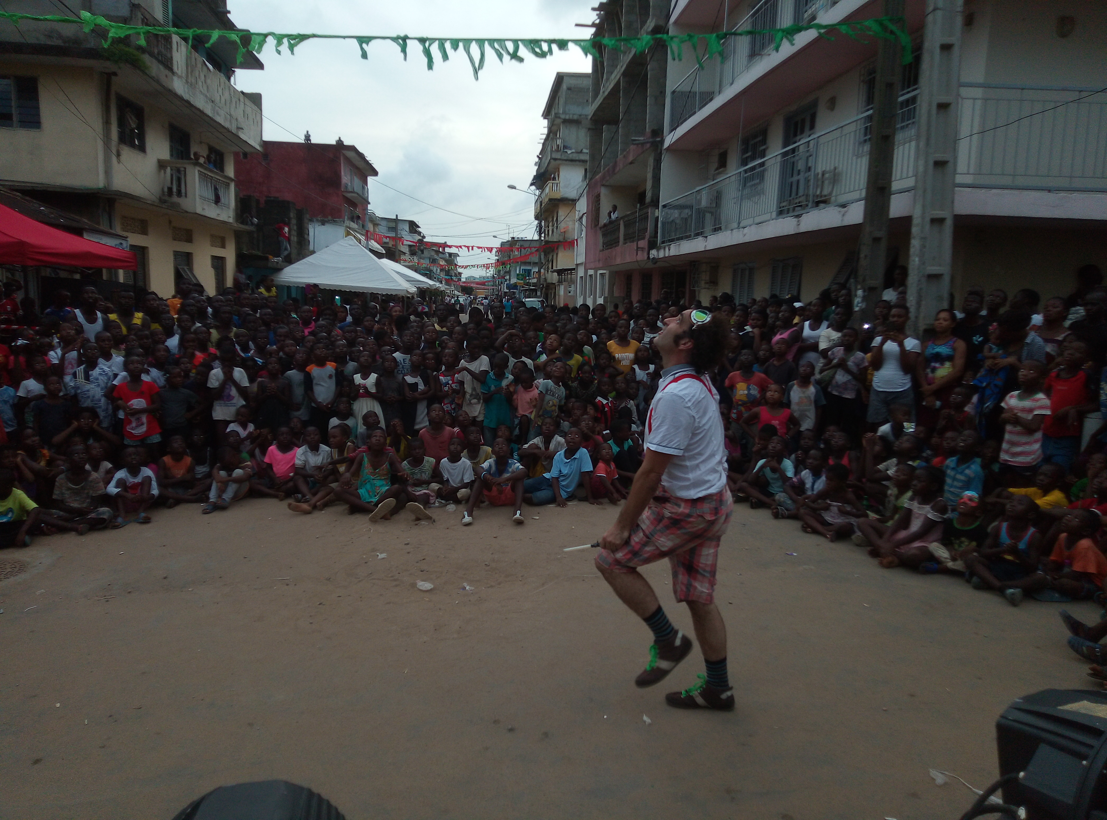 Spectacle diabolo Saltimbanque Festival d'art de rue international Abidjan Blokosso 2019